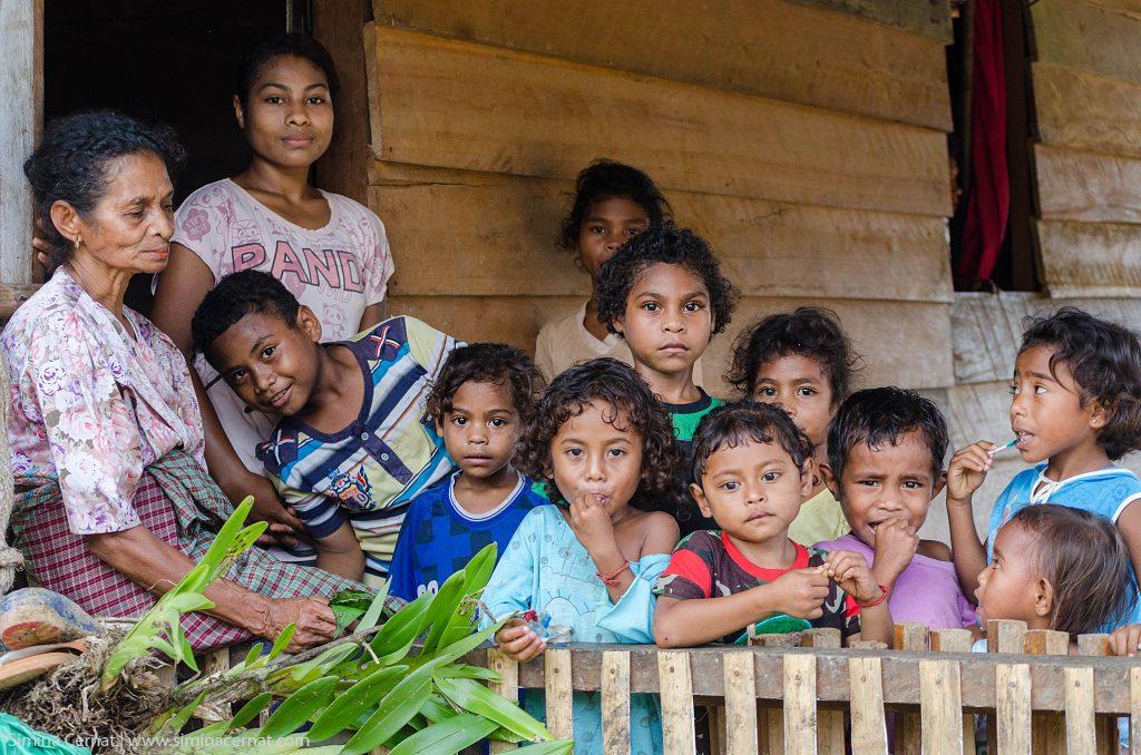 Femei si copii din tribul Naulu