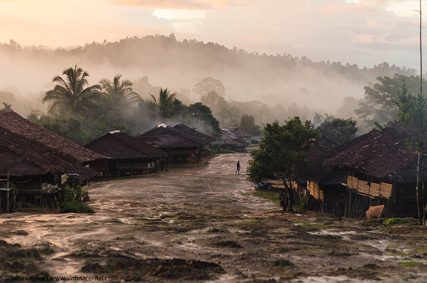 Satul Huaulu, locuit de tribul Naulu, ultimul trib animist de pe insulă.
