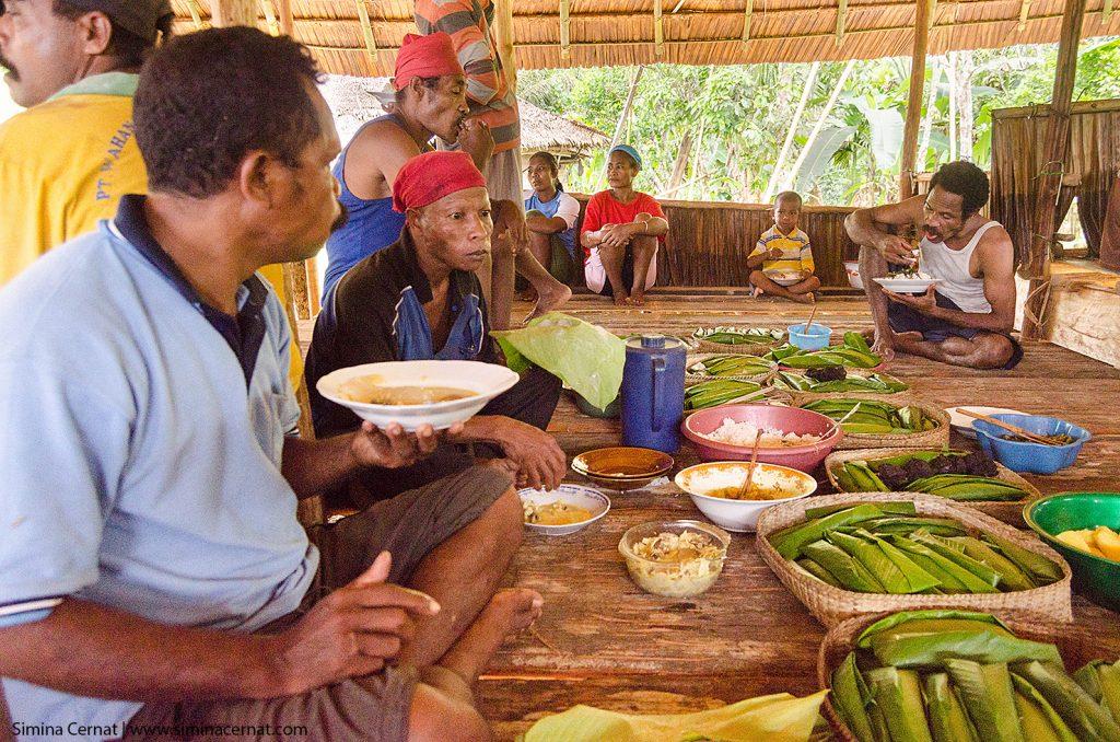 Barbati Naulu la petrecerea de sfintire a noii case