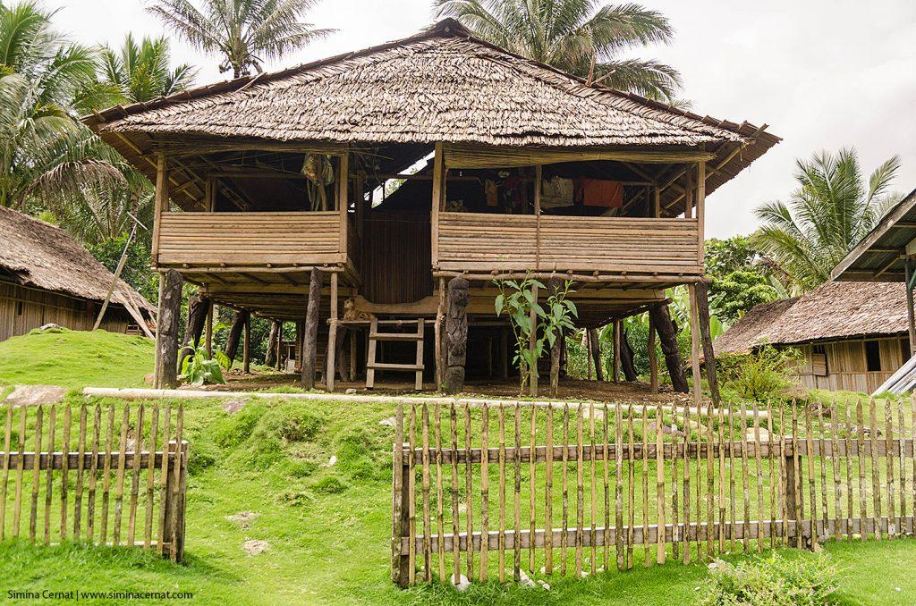 Rumah adat (casa de ceremonii) din Salumena